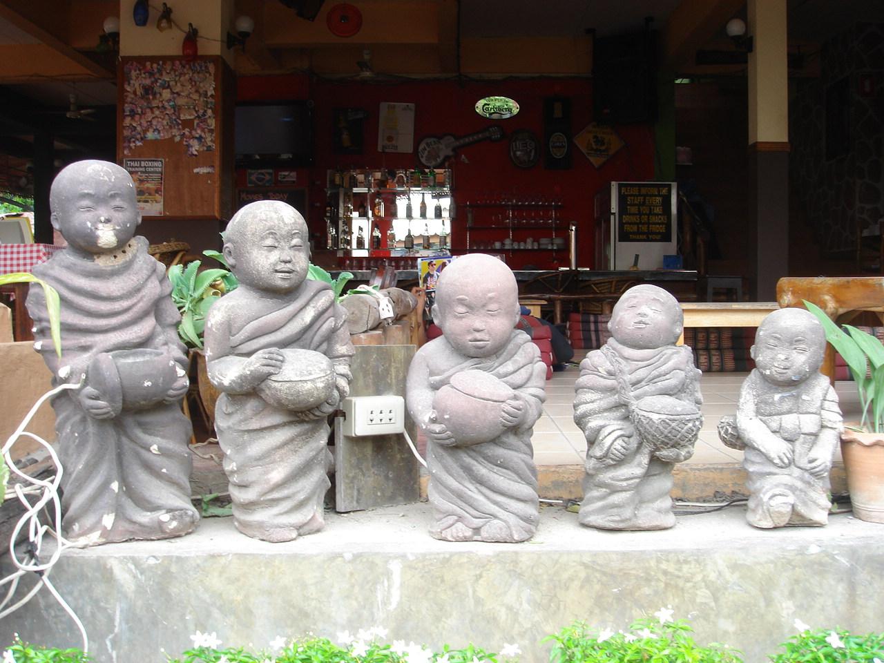 Cute little row of Buddhas outside a bar in Haad Rin. タイ・パンガン島の Haad Rin に建つバーの外にちょこんと並ぶかわいらしい仏像たち。