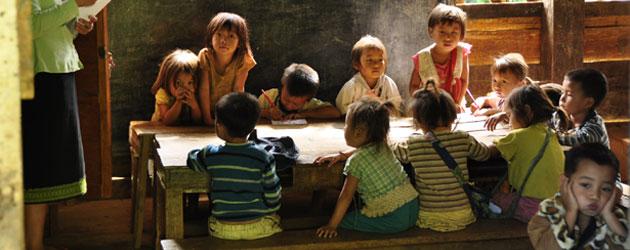 Kids attending a school in a small Hmong hill tribe village in Northern Laos.  ラオス北部の山岳民族、ハモンの子供たち。そっとのぞいた小学校の質素な教室は子供たちのにぎやかな声でいっぱい