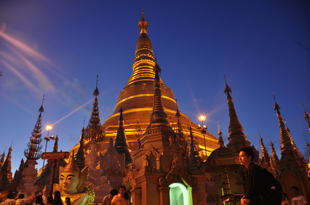 This 2,500 year old stunning pagoda represents the heart of Myanmar buddhism as well as the city... ミャンマー・ヤンゴンに建つ壮麗なシュエダゴンパゴダ。約2,500年の歴史を持つ寺院群はミャンマーの仏教信仰のみならずヤンゴンの象徴でもある